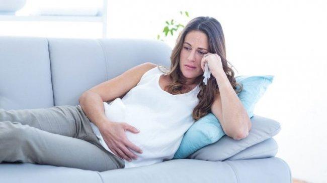 Расстроенная беременная девушка