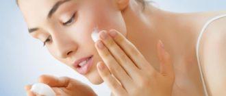 Девушка чистит кожу лица