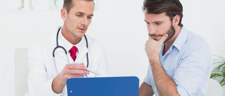 Врач с пациентом что-то обсуждают
