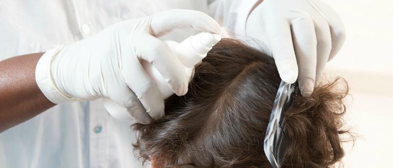 Спрей наносится на волосы