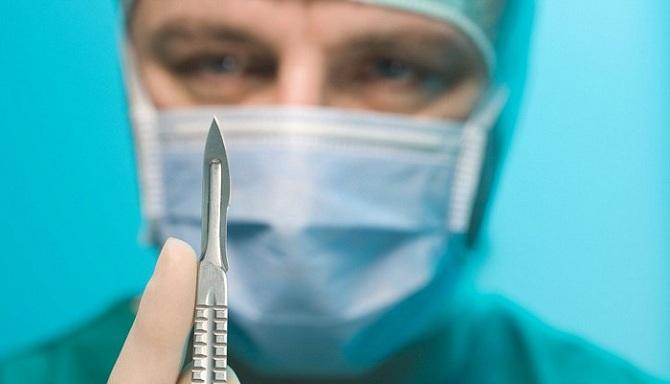 Хирург со скальпелем