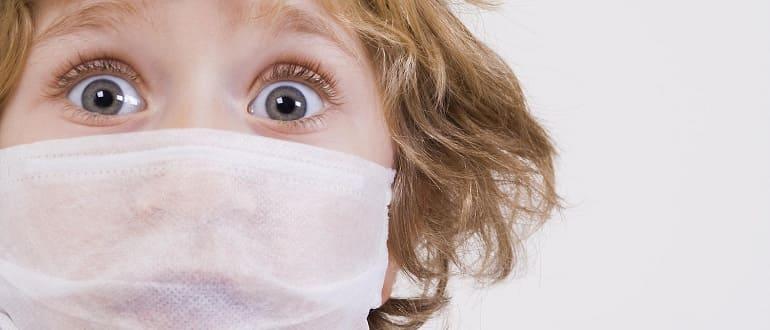 Парень в медицинской маске