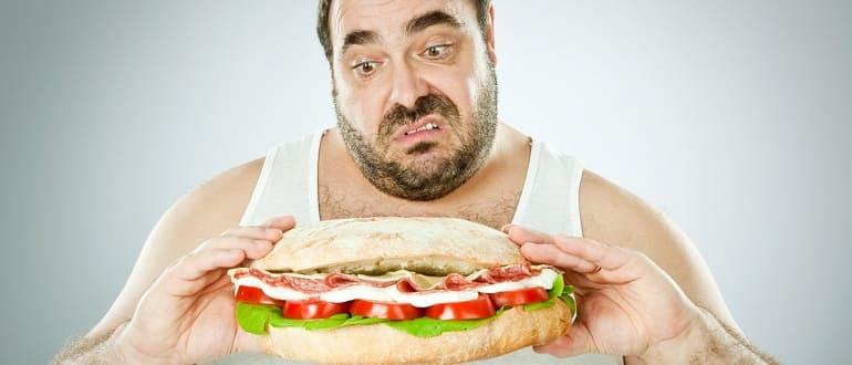 Мужчина много ест