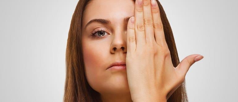 Девушка закрыла глаз рукой
