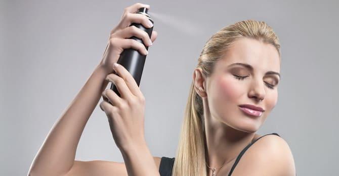 Девушка пользуется косметикой для волос