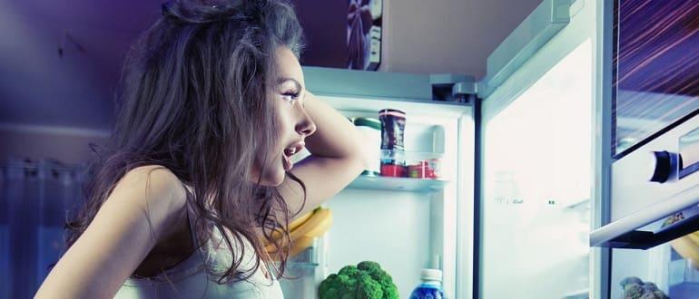 Девушка заглянула в холодильник