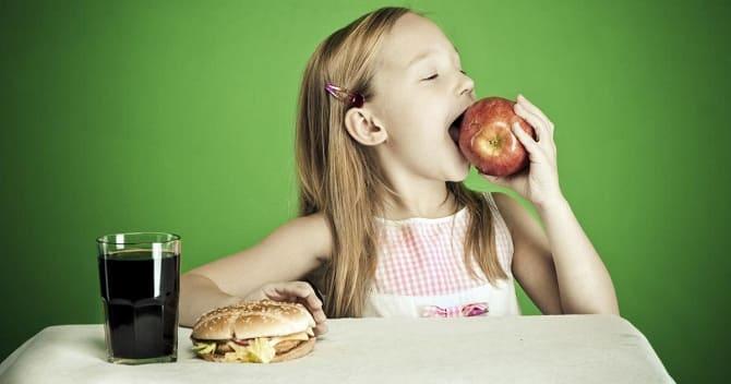 Ребенок выбирает полезную еду