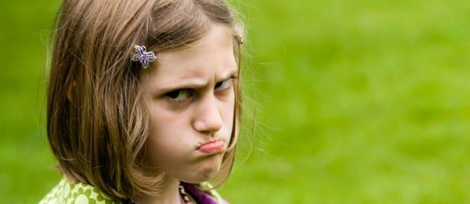 Девочка хмурится