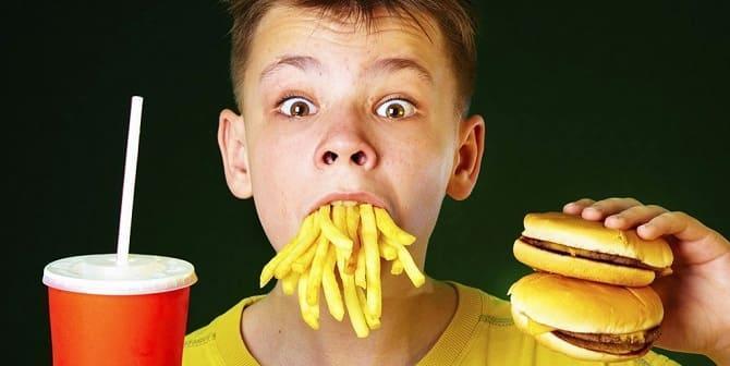 Ребенок ест вредную пищу