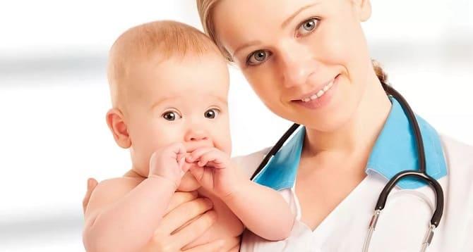 Врач и ребенок на руках