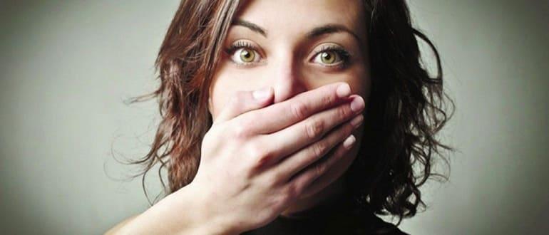 Девушка закрывает рот рукой