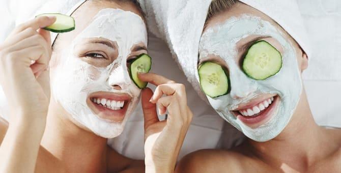 Девушки с маской на лице