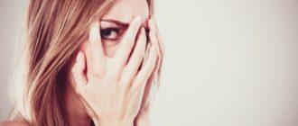 Закрывает лицо руками