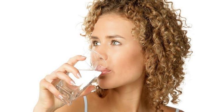 devuchka p'et vodu