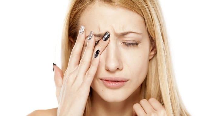 Девушка с больным глазом