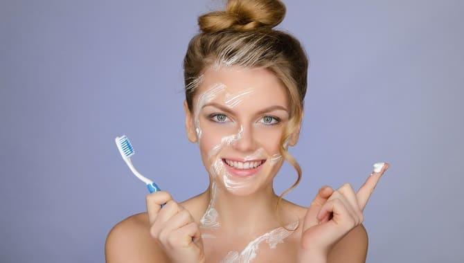 Девушка с зубной пастой