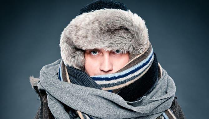 Парень тепло одет