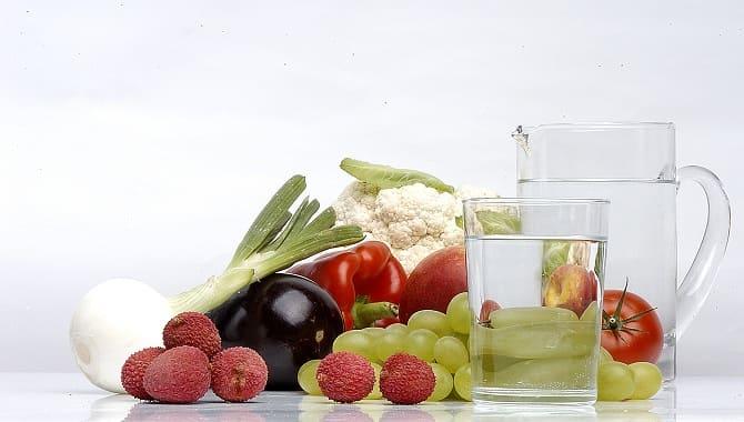 Овощи, ягоды и вода
