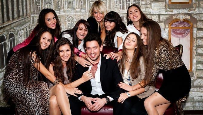Девушки вокруг мужчины