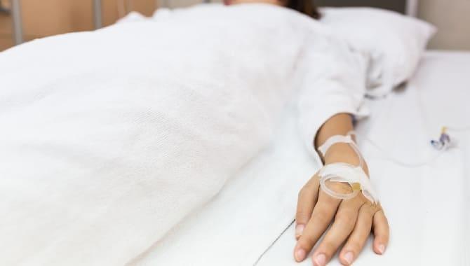 Девушка лежит в больнице
