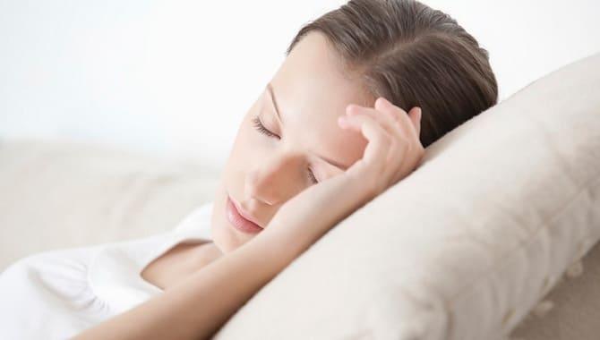 Девушка спит на высокой подушке