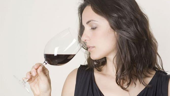 Девушка нюхает вино