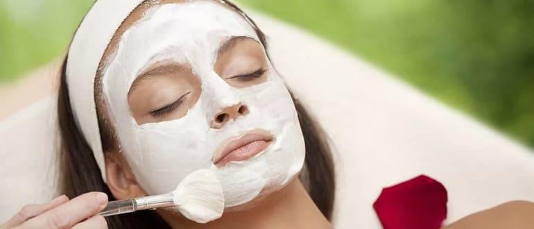 Отбеливающая маска на лице