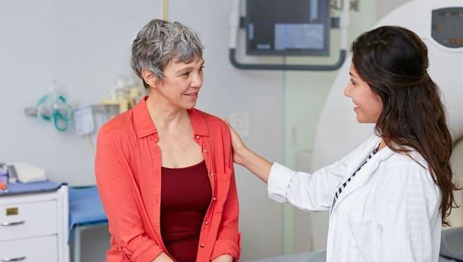 Зрелая женщина и врач