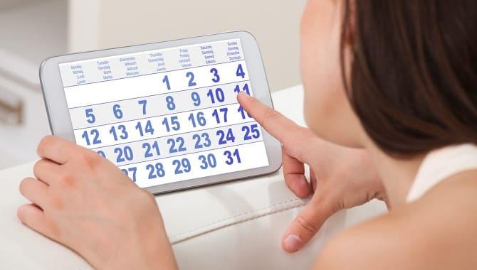 Девушка смотрит в календарь