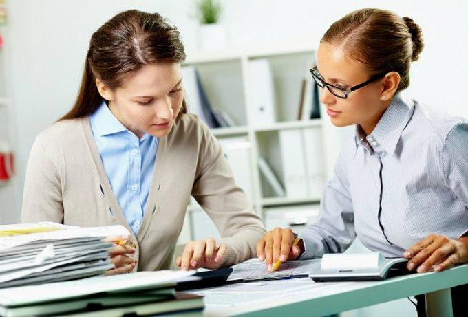 Девушка консультирует клиентку