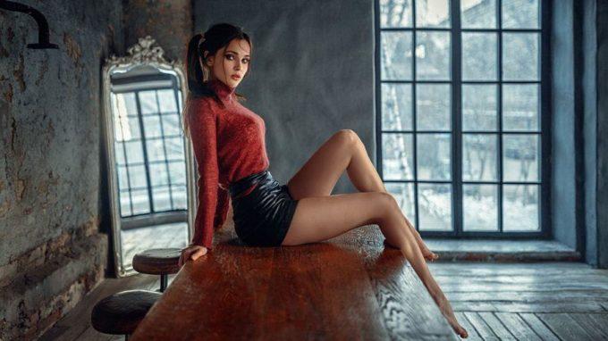 Девушка сидит на столе