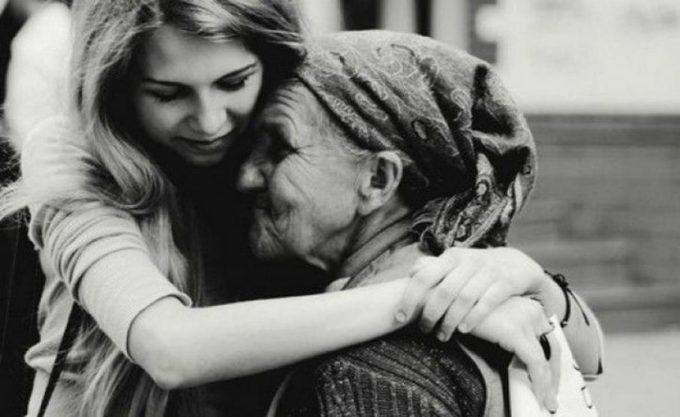 Девушка обнимает бабушку