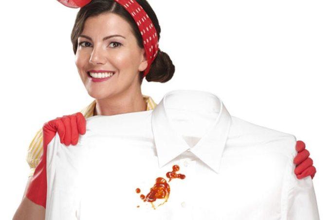 Пятно от кетчупа на белой рубашке