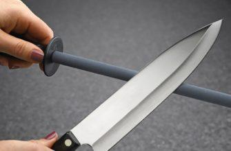 Девушка точит нож