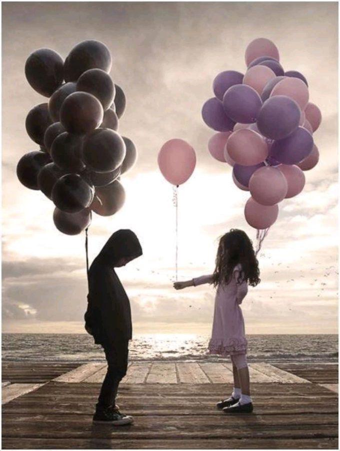 Девочка дарит мальчику шарик