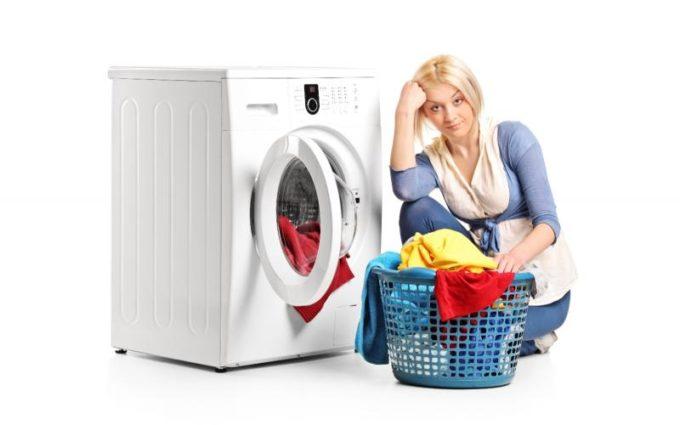 Девушка собирается стирать белье