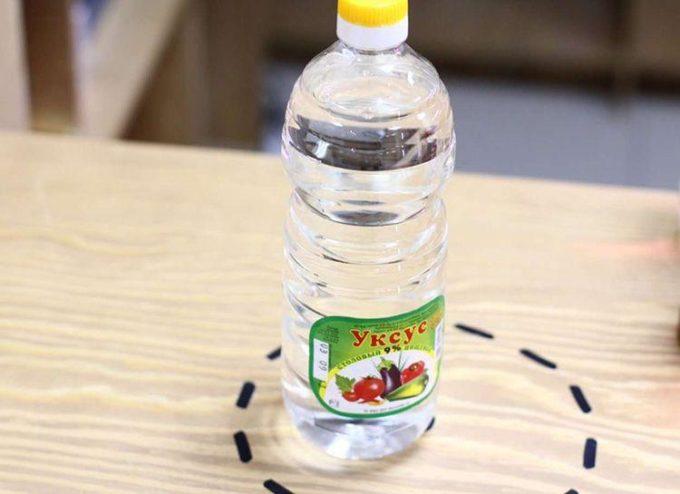 Бутылка с уксусом на столе