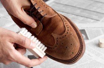 Парень чистит обувь