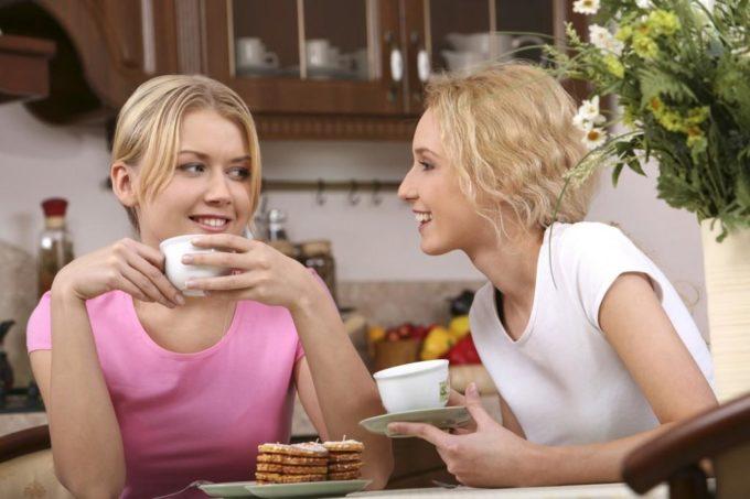 Девушки беседуют