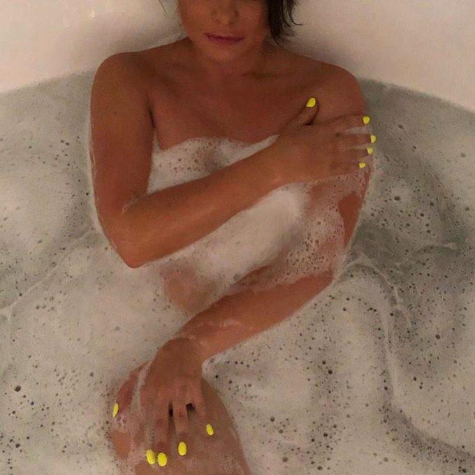 Наташа Королева в ванне