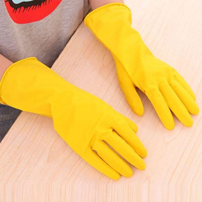Девушка в резиновых перчатках