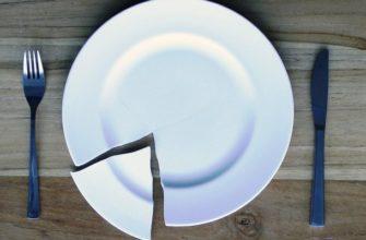 Разбитая тарелка на столе