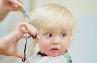 Парикмахер стрижет ребенка