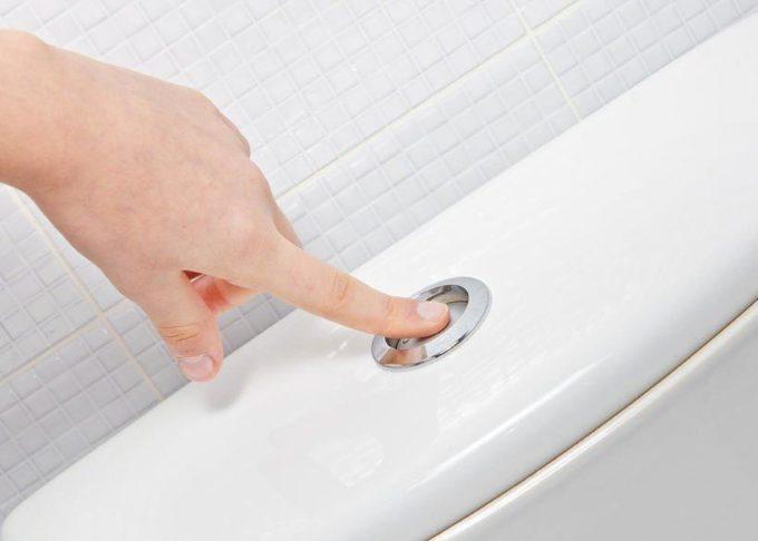 Спустить воду в туалете