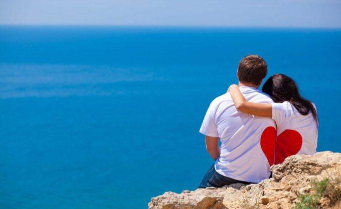 Парень с девушкой смотрят на море