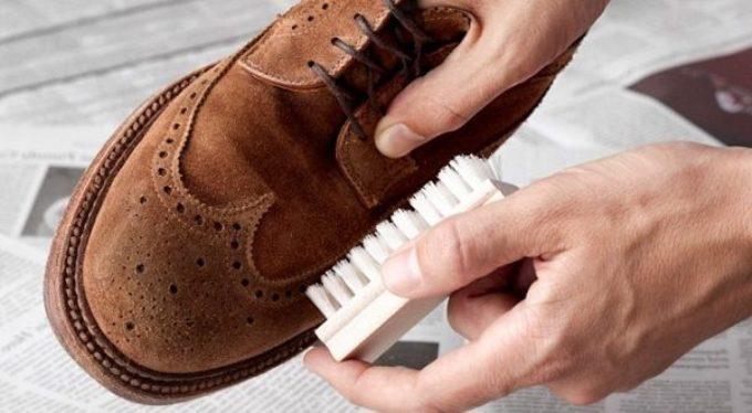 Чистить обувь щеткой
