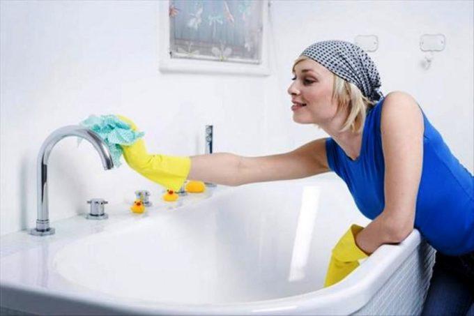 Девушка моет ванну