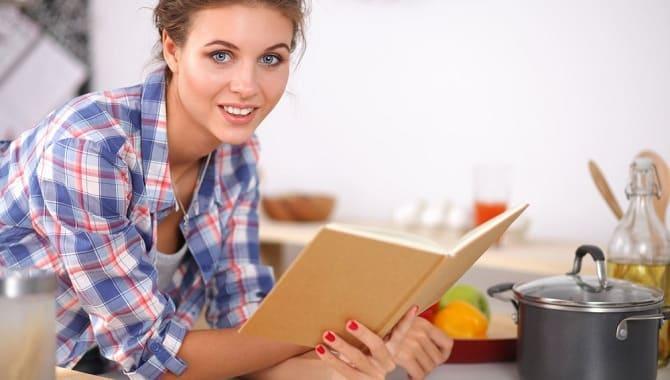 Девушка читает рецепт