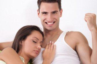 Девушка лежит у парня на груди
