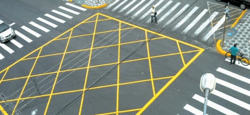 Желтая разметка на перекрестке